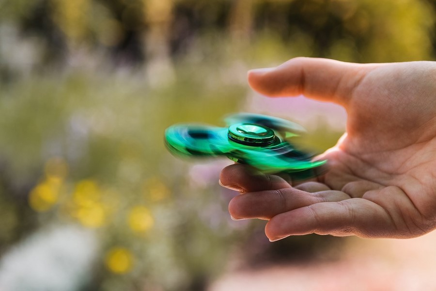 Hand spinner : histoire d'un jouet qui n'en était pas un