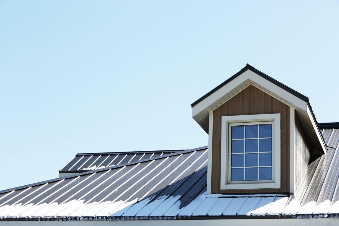 Quand la neige s'invite sur les toitures