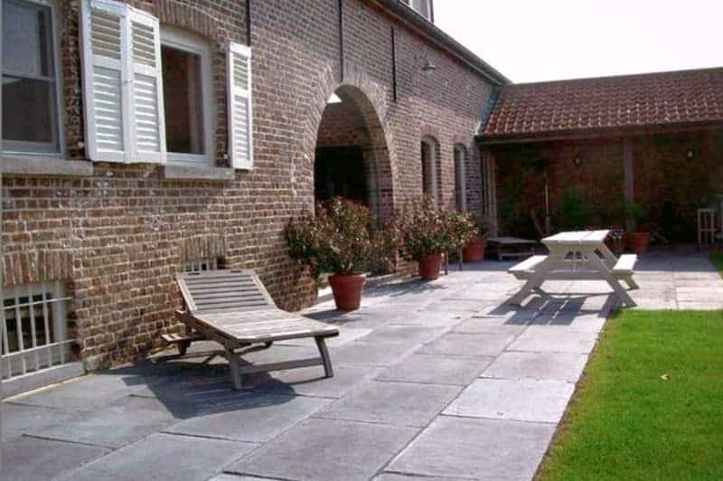 Et si vous optiez pour une terrasse en pierre bleue du Hainaut reconstituée ?